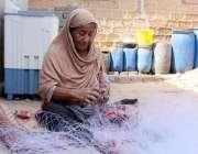 کراچی: خواتین کے عالمی دن سے بے خبر معمر محنت کش خاتون جال بننے میں مصروف ..