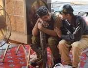 لاہور: شادمان رمضان بازار میں ڈیوٹیپر تعینات سکیورٹی اہلکار خوش گپیوں ..