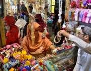 کوئٹہ: عید کی تیاریوں میں مصروف خاتون جیولری خرید رہی ہے۔