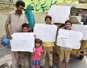لاہور: فیروز والا کے رہائشی اپنے مطالبات کے حق میں احتجاج کر رہے ہیں۔