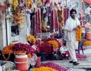 اسلام آباد: دکاندار مختلف قسم کے پھول سجائے فروخت کر رہا ہے۔