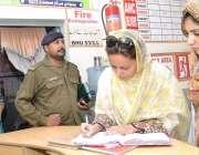 اوکاڑہ: ڈی سی اوکاڑہ مریم خان بنیادی مرکز صحت کا دورہ کر رہی ہیں۔