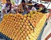 راولپنڈی: ریڑھی بان نے گاہکوں کو متوجہ کرنے کے لیے آم سجا رکھے ہیں۔