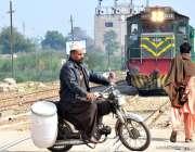 حیدرآباد: ایک موٹرسائیکل سوار ریلوے پٹریوں کو عبور کررہا ہے جبکہ اسی ..