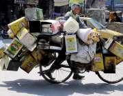راولپنڈی: محنت کش سائیکل پر گھی کے خالی ڈبے لادھا جا رہا ہے۔