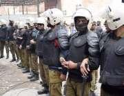 لاہور: تحریک انصاف کے مرکزی رہنما عبدالعلیم خان کی پیشی کے موقع پرپولیس ..
