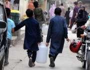 راولپنڈی: خیابان سر سید میں پانی کی بند کے باعث بچے دور دراز سے پینے ..