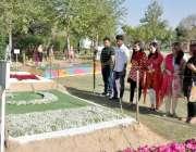 راولپنڈی: شہریوں کی مقامی پارک میں منعقدہ پھولوں کی نمائش میں دلچسپی۔