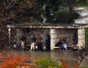 اسلام آباد: وفاقی درالحکومت میں ہونیوالی بارش سے بچنے کے لیے شہری بس ..