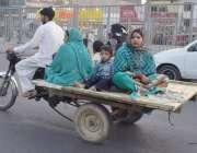 لاہور: ایک خاندان موٹر سائیکل کے پیچھے باندھی گئی ریڑھی پر سوار ہو کر ..