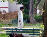 اسلام آباد: وفاقی دارالحکومت میں نوجوان درخت کے سائے تلے آرام کر رہا ..