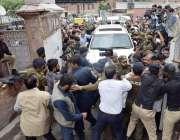 لاہور: قائد حزب اختلاف حمزہ شہباز کی گاڑی ہائیکورٹ میں داخل ہورہی ہے۔