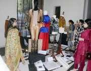 لاہور: ٹیکسٹائل ڈیپارٹمنٹ کے زیر اہتمام لگائی کئی نمائش میں لاہور کالج ..