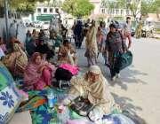 لاہور: مال روڈ پر اپنے مطالبات کے حق میں احتجاج کرنیوالی لیڈی ہیلتھ ..