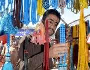 کوئٹہ: رمضان المبار ک کے آغاز پر ایک شہری تسبیح خرید رہا ہے۔