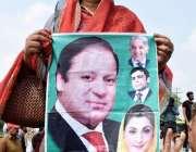 لاہور: مسلم لیگ (ن) کی کارکن اپنی قیادت سے اظہار یکجہتی کے لیے کوٹ لکھپت ..