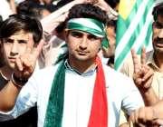 مظفرآباد:کشمیریوں سے اظہار یکجہتی کیلئے منعقدہ جلسے میں ایک نوجوان ..
