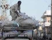 راولپنڈی:محنت کش گاڑی میں سامان لوڈ کر رہا ہے۔