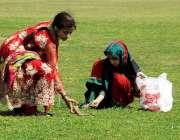 لاہور: ماڈل ٹاؤن کرکٹ گراؤنڈ سے لڑکیاں گھاس کاٹ رہی ہیں۔