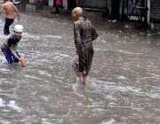 راولپنڈی: موسلا دھار بارش کے بعد بچے بارش کے پانی میں کھیل رہے ہیں۔