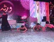 ملتان: آرٹس کونسل میں 'ورسا' کے عنوان سے ثقافتی رات کے دوران اسٹیج پر ..