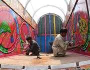 راولپنڈی: پینٹر ٹرک کی باڈی پر پینٹنگ بنانے میں مصروف ہیں۔