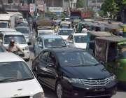 لاہور: شملہ پہاڑی چوک میں دوپہر کے وقت ٹریفک جام کا ایک منظر۔