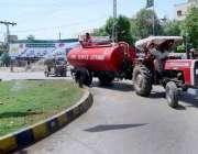 حیدر آباد: ایم ایم سی ورکر سڑک کنارے گرین بیلٹ کو پانی لگا رہے ہیں۔