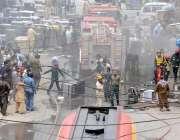 راولپنڈی: سٹی گورنمنٹ کے اہلکار چاندنی چوک کے قریب الیکٹرونکس مارکیٹ ..