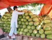 اسلام آباد: دکاندار گاہکوں کو متوجہ کرنے کے لیے تربوز سجا ر رہا ہے ۔