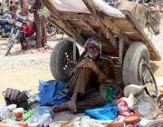 حیدر آباد: معمر محنت کش گھریلوں استعمال کی اشیاء سجائے گاہکوں کا منتظر ..