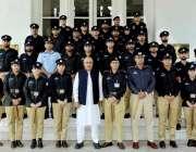 پشاور: گورنر ہاؤس میں اے ایس پی کے 46 ویں کمانڈ کورس کے شرکاء کے ساتھ ..