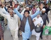 لاہور: قائد حزب اختلاف حمزہ شہباز کی گاڑی کے آگے لیگی کارکن نعرے لگا ..