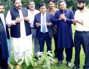 لاہور:صوبائی وزیرانسانی حقوق اعجاز عالم آکسٹین جیلانی پارک میں پودالگا ..