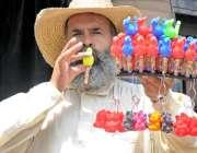 راولپنڈی: محنت کش بچوں کے کھلونے فروخت کررہا ہے۔