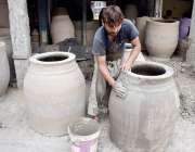 لاہور:کاریگر مٹی کے تنور تیار کر رہا ہے۔