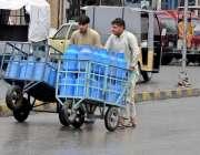 راولپنڈی: محنت کش شہر میں پینے کا فلٹر پانی پہنچانے کے لیے ہتھ ریڑھی ..