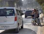 پشاور: معمر معذور شخص اپنی بیٹی کے ہمراہ بھیک مانگ رہا ہے۔