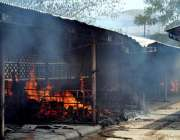 اسلام آباد: ہفتہ وار بازار میں ایک سٹال پر لگی آگ کا منظر۔