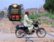 حیدر آباد: موٹر سائیکل سوار کسی خطرے کی پرواہ کیے بغیر ریلوے ٹریک سے ..