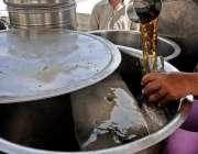راولپنڈی: گرمی کی شدت کم کرنے کے لیے ایک شہری شکر کولا خرید رہا ہے۔