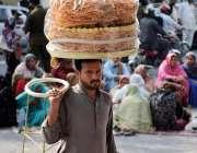 لاہور: مال روڈپر ایک شخص کھانے پینے کی اشیاء فرو خت کررہا ہے۔