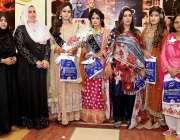 راولپنڈی: مہندی کے مقابلوں میں پوزیشن ہولڈر امبر عمران کا دیگر کے ہمراہ ..