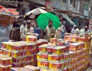 لاہور: دکاندار نے گاہکوں کو متوجہ کرنے کے لیے فروٹ کی پیٹیاں سجا رکھی ..
