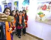 حیدرآباد: سندھ میوزیم میں تیسرا سندھ صوفی میلہ (فیسٹیول) کے دوران خواتین ..