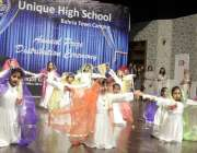 لاہور: الحمراء آرٹ کونسل میں سالانہ تقریب کے موقع پر بچیاں ٹیبلو پیش ..