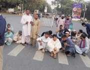لاہور: نابینا لازمین اپنے مطالبات کے حق میں مال روڈ پر دھرنا دئیے بیٹھے ..