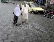راولپنڈی: شدید بارش کے دوران امام باڑہ چوک تالاب کا منظر پیش کر رہا ..