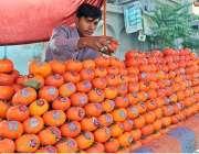 ملتان: پھل فروش گاہکوں کو متوجہ کرنے کےلئے پھل سجا کر لگا رہا ہے