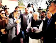 اسلام آباد: وفاقی وزیر اسد عمر اور وزیر اعظم کے معاون خصوصی برائے صحت ..